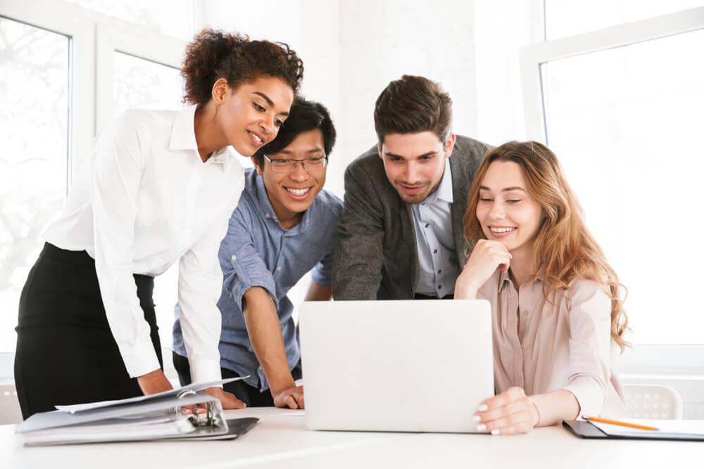 員工們討論商務中心優點